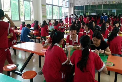 学生在食堂就餐