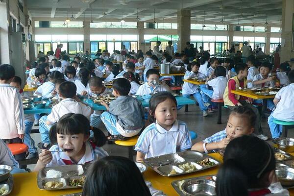 小学生就餐现场