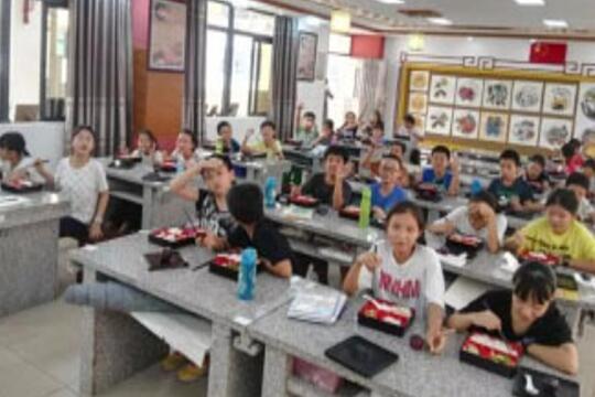 南华小学学生就餐场景