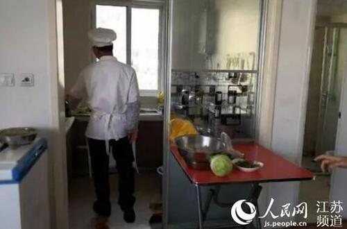 承租住宅内发现有厨师专为员工提供用餐服务